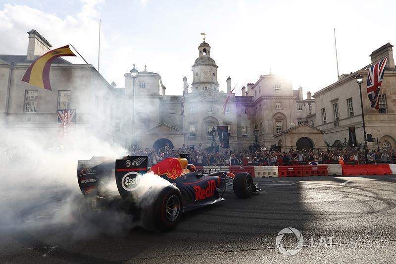 Daniel Ricciardo, Red Bull Racing, melakukan atraksi donut