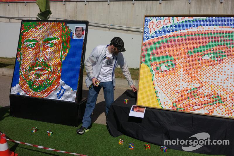 Fotos de Fernando Alonso y Carlos Sainz del cubo de Rubik en el gran premio de España.