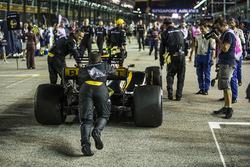 La voiture de Jolyon Palmer, Renault Sport F1 Team RS17, poussée par des mécaniciens
