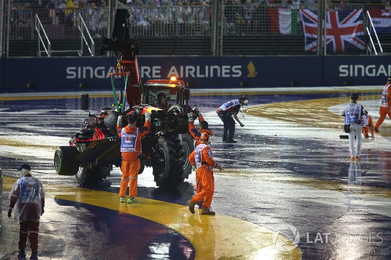 El coche chocado de Max Verstappen, Red Bull Racing RB13 es removido