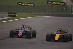Romain Grosjean, Haas F1 Team VF-17, dépasse Nico Hulkenberg, Renault Sport F1 Team RS17
