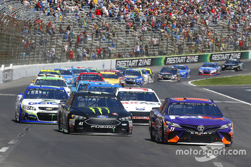 Denny Hamlin, Joe Gibbs Racing, Toyota; Kurt Busch, Stewart-Haas Racing, Ford