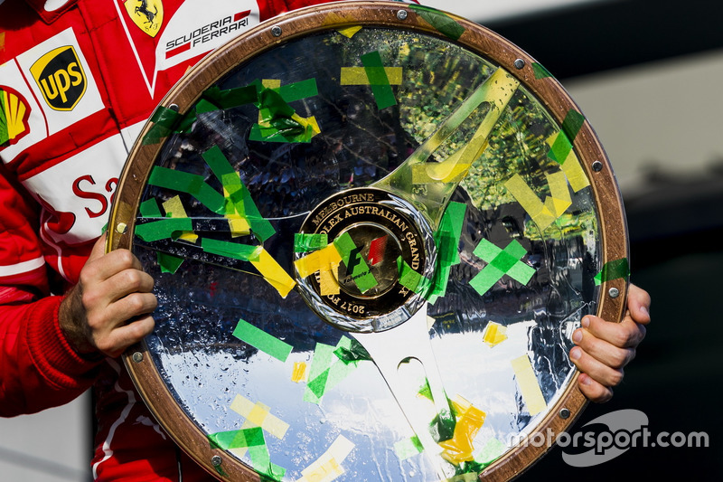 1. Sebastian Vettel, Ferrari, mit Trophäe