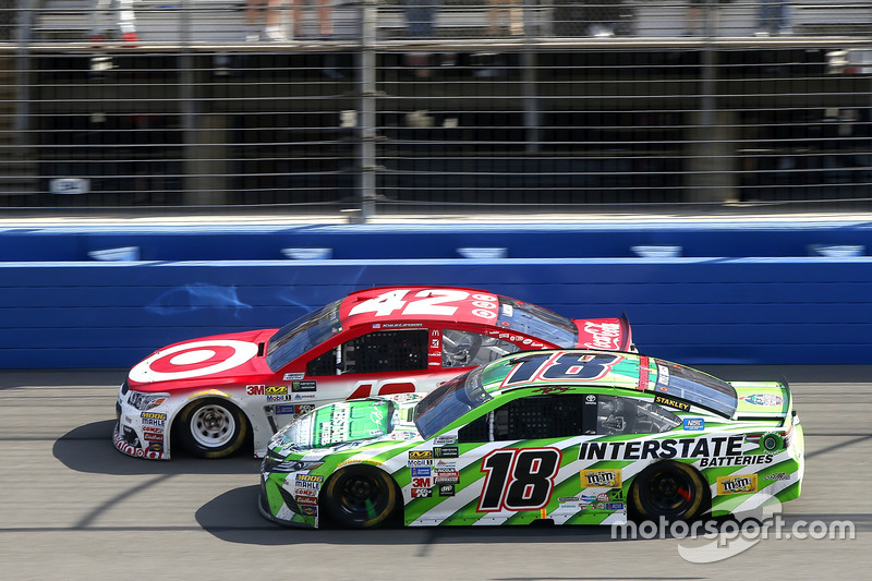 Restart: Kyle Larson, Chip Ganassi Racing, Chevrolet; Kyle Busch, Joe Gibbs Racing, Toyota