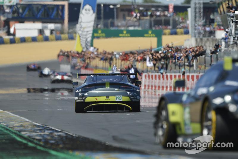 Checkered flag for #97 Aston Martin Racing Aston Martin Vantage: Darren Turner, Jonathan Adam, Daniel Serra