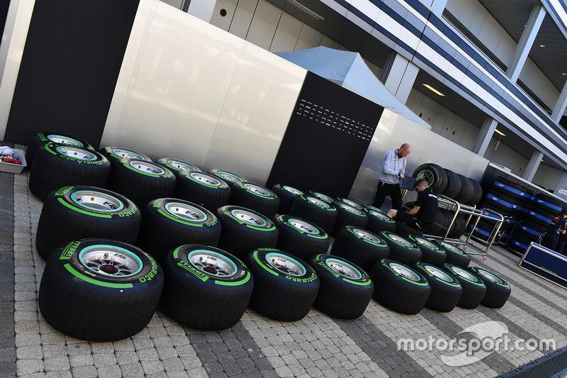 Mecánica del Mercedes AMG F1 Compruebe la presión de los neumáticos Pirelli