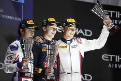 Подиум: Пьер Гасли, PREMA Racing, Нобухару Мацушита, ART Grand Prix, Артем Маркелов, RUSSIAN TIME