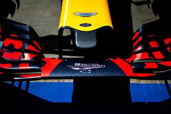 Логотип Aston Martin на носовом обтекателе Red Bull Racing RB12