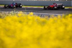 Себастьян Феттель, Ferrari SF70H, и Даниил Квят, Scuderia Toro Rosso STR12