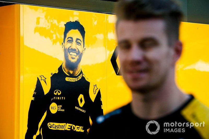 Nico Hulkenberg, Renault F1 Team davanti alla grafica di Daniel Ricciardo, Renault F1 Team