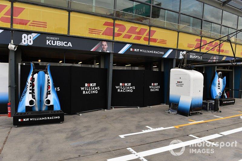 Pezzi di carrozzeria fuori dai garage di Robert Kubica, Williams Racing, e George Russell