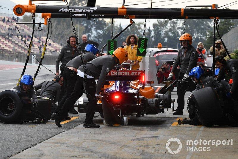 Карлос Сайнс-мол., McLaren MCL34 pit stop
