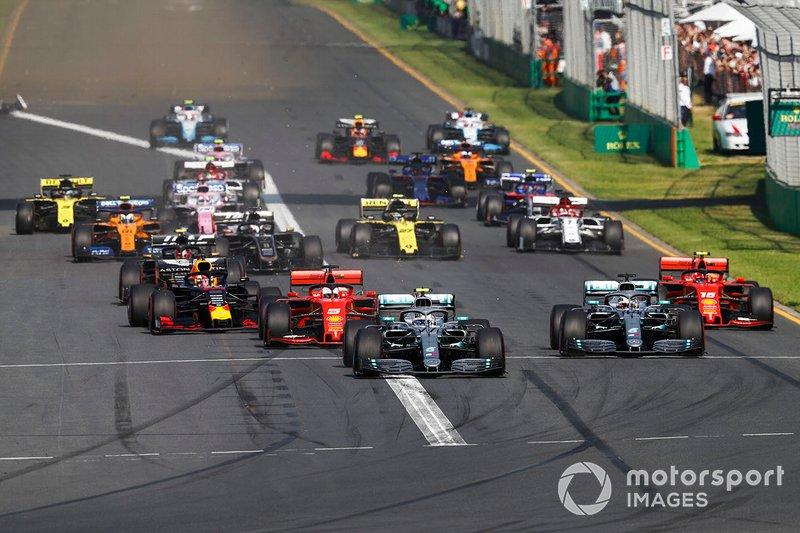 Valtteri Bottas, Mercedes AMG W10, precede Lewis Hamilton, Mercedes AMG F1 W10, Sebastian Vettel, Ferrari SF90, Charles Leclerc, Ferrari SF90, Max Verstappen, Red Bull Racing RB15, ed il resto del gruppo alla prima curva