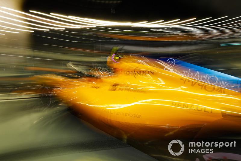 Stoffel Vandoorne, McLaren MCL33, leaves the garage