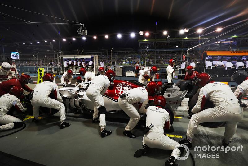 Charles Leclerc, Sauber C37, effettua un pit stop