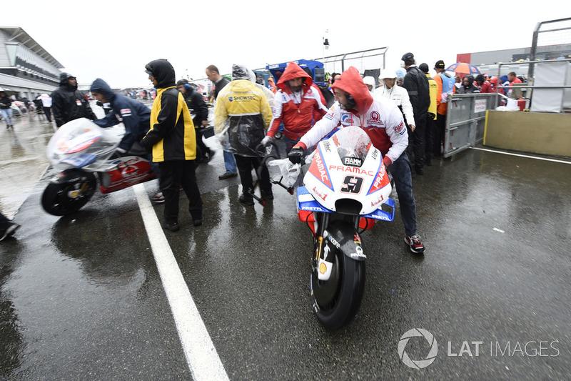 Motos sacadas de la parrilla durante el Gran Premio de Gran Bretaña