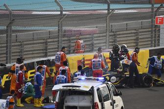 Medici e marshal assistono Nico Hulkenberg, Renault Sport F1 Team R.S. 18, dopo l'incidente al primo giro