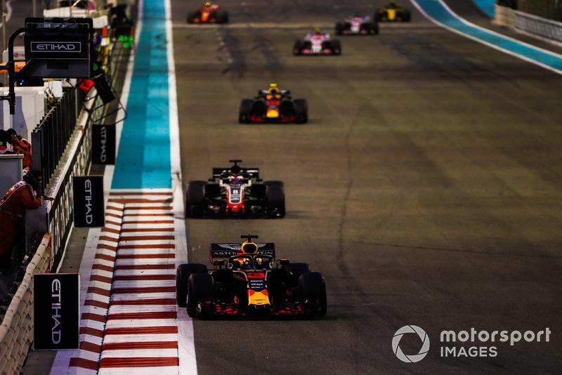Daniel Ricciardo, Red Bull Racing RB14, Romain Grosjean, Haas F1 Team VF-18, y Max Verstappen, Red Bull Racing RB14