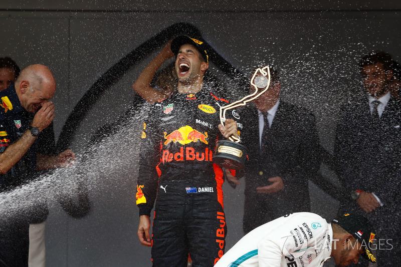 Le vainqueur Daniel Ricciardo, Red Bull Racing, est arrosé de champagne avec Adrian Newey, Directeur technique, Red Bull Racing, et Lewis Hamilton, Mercedes AMG F1