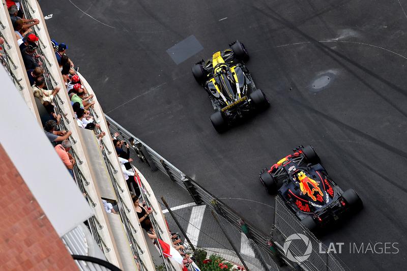 Carlos Sainz Jr., Renault Sport F1 Team R.S. 18 y Max Verstappen, Red Bull Racing RB14