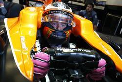 Stoffel Vandoorne, McLaren MCL32, wacht in zijn wagen