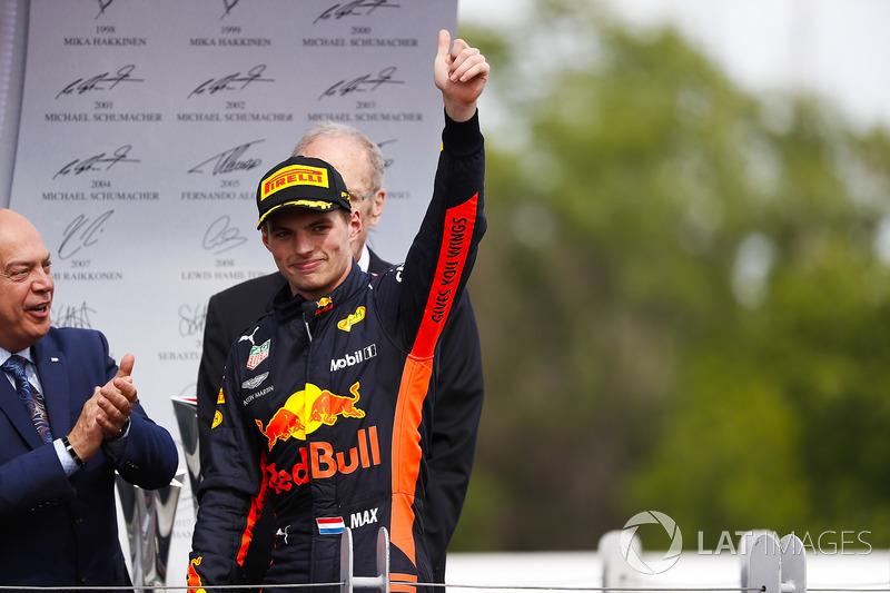 Le troisième, Max Verstappen, Red Bull Racing, arrive sur le podium