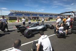 Lewis Hamilton, Mercedes AMG F1 W09 dans la voie des stands
