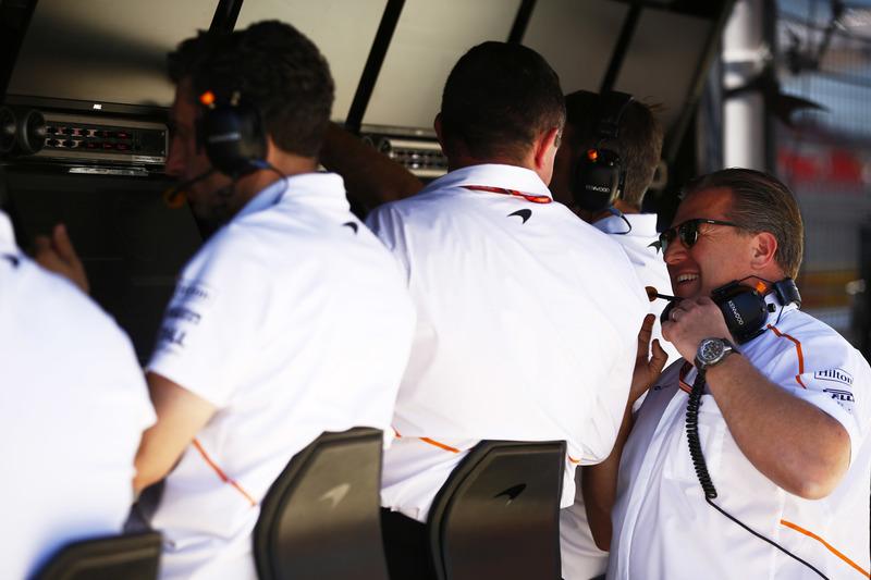 Eric Boullier, Racing Director, McLaren, habla con Zak Brown, Executive Director, McLaren Technology Group