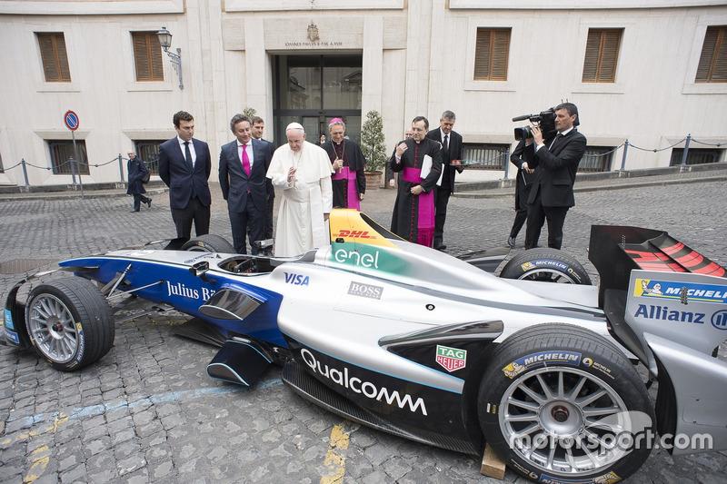 El Papa Francisco se interesa por el monoplaza eléctrico