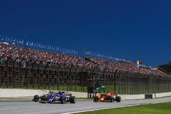 Pascal Wehrlein, Sauber C36 battles with Romain Grosjean, Haas F1 Team VF-17 and Daniel Ricciardo, Red Bull Racing RB13