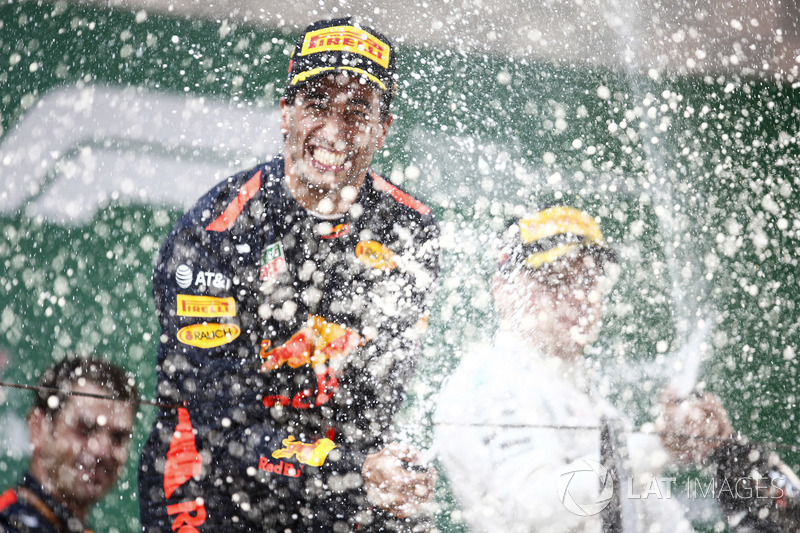 Yarış galibi Daniel Ricciardo, Red Bull Racing, 2. Valtteri Bottas, Mercedes-AMG F1
