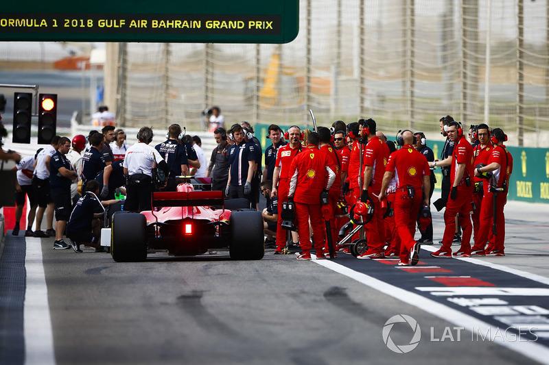 Kimi Raikkonen, Ferrari SF71H, et les mécaniciens Ferrari près de la sortie des stands