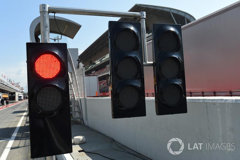 Lampu merah di ujung pit lane