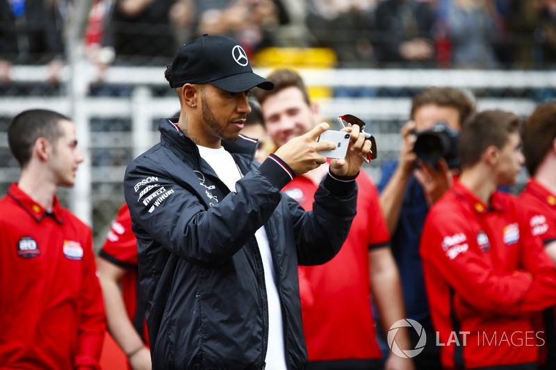 Lewis Hamilton, Mercedes AMG F1, toma una foto con pilotos de kart junior