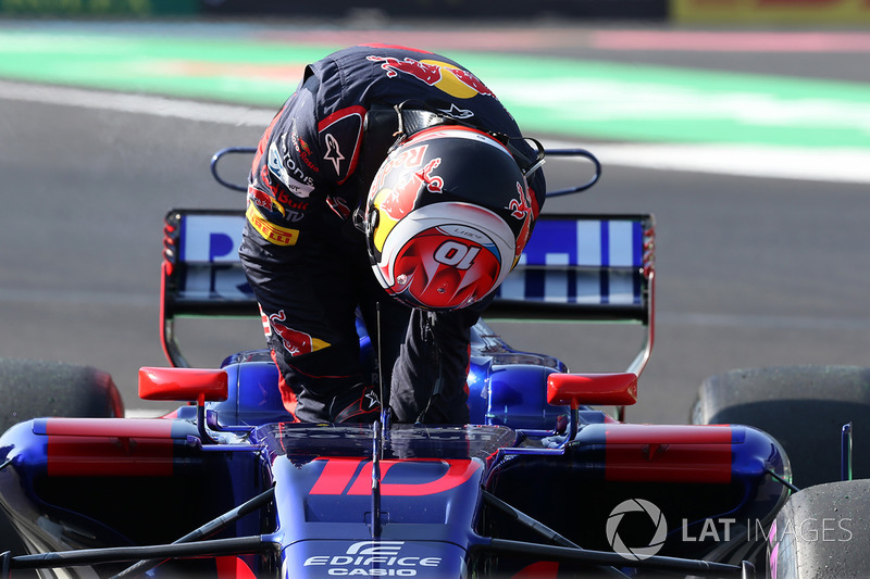 Pierre Gasly, Scuderia Toro Rosso STR12 stops on track in FP3