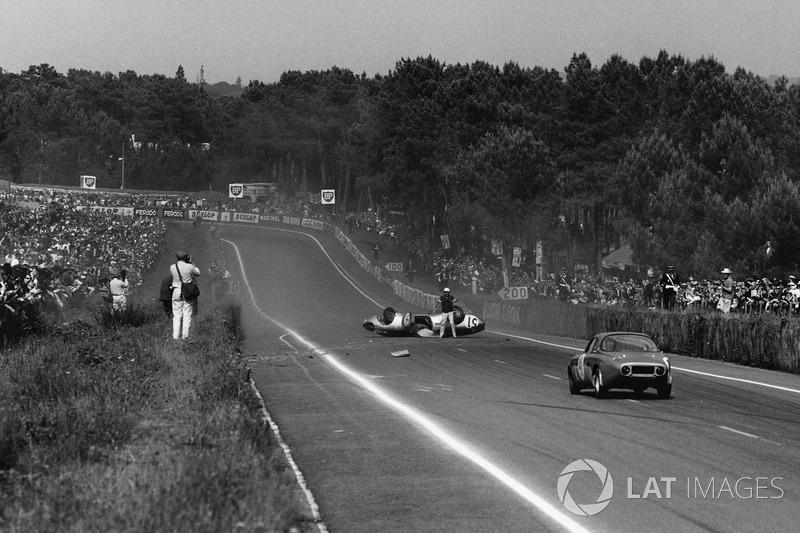 Roger Masson, Pierre Monneret, Rene Bonnet Aerodjet LM6 Renault, se encuentra boca abajo en medio de la pista cuando se acerca el Bruno Basini, Robert Bouharde, Renne Bonnet Aerodjet LM6 Renault