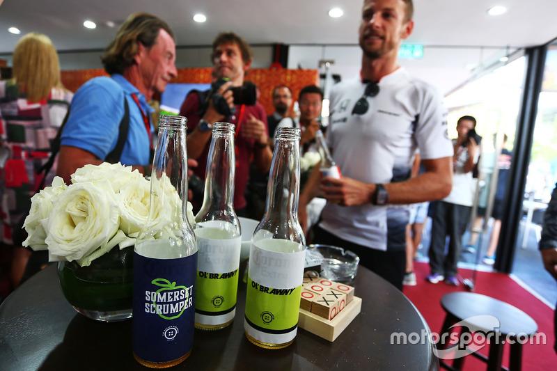 Jenson Button, McLaren celebra sus 300 GP con un pub temático