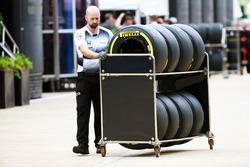 Un mecánico de McLaren con neumáticos Pirelli
