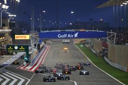 Start actie: Nico Rosberg, Mercedes AMG F1 Team W07 aan de leiding