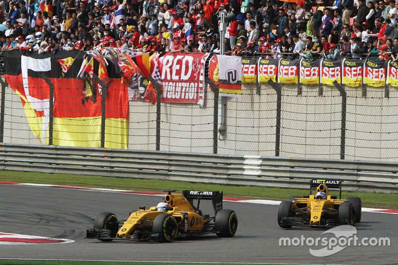 Кевин Магнуссен, Renault Sport F1 Team RS16 едет впереди Джолиона Палмера, Renault Sport F1 Team RS16