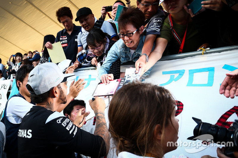 Lewis Hamilton, Mercedes AMG F1 signs autographs for the fans in the grandstand