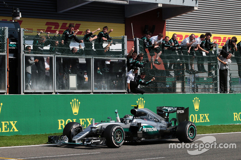 Race winner Nico Rosberg, Mercedes AMG F1 W07 Hybrid celebrates as he passes the team at the end of the race
