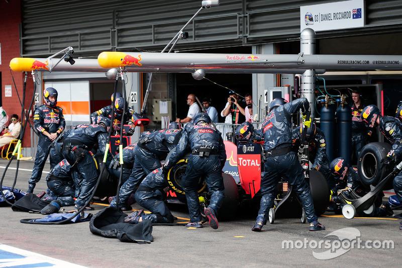 Daniel Ricciardo, Red Bull Racing RB12 pit stop