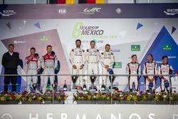 #1 Porsche Team Porsche 919 Hybrid: Тимо Бернхард, Марк Уэббер и Брендон Хартли (победители); #7 Audi Sport Team Joest Audi R18: Марсель Фесслер, Андре Лоттерер, (второе место); #6 Toyota Racing Toyota TS050 Hybrid: Стефан Сарразен, Майк Конвей и Камуи Кобаяши (третье место) на подиуме