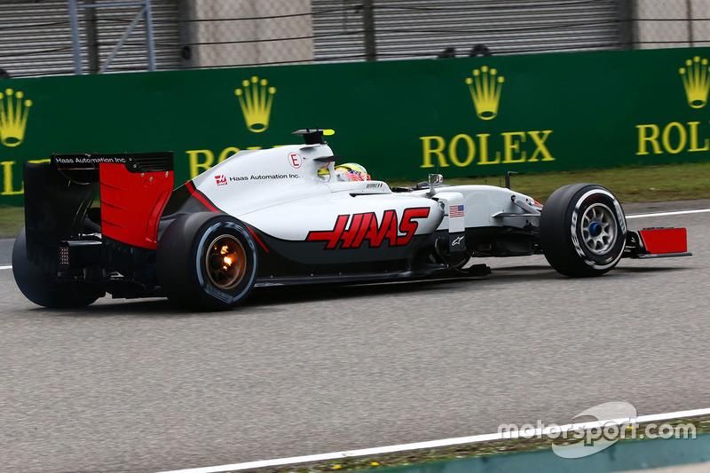 Esteban Gutierrez, Haas F1 Team VF-16 with his rear brakes on fire