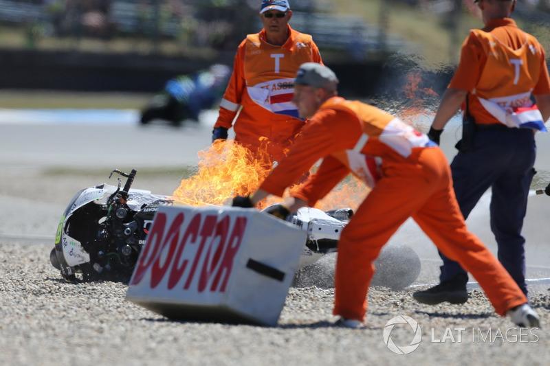 La moto de Alvaro Bautista, Angel Nieto Team en llamas