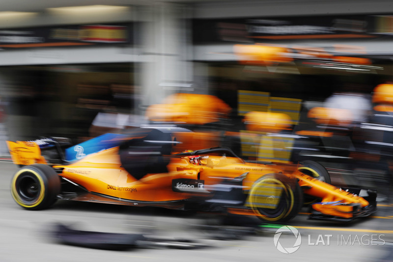 Stoffel Vandoorne, McLaren MCL33 Renault, pit stop