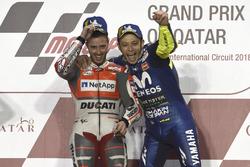 Le vainqueur Andrea Dovizioso, Ducati Team, et le troisième Valentino Rossi, Yamaha Factory Racing