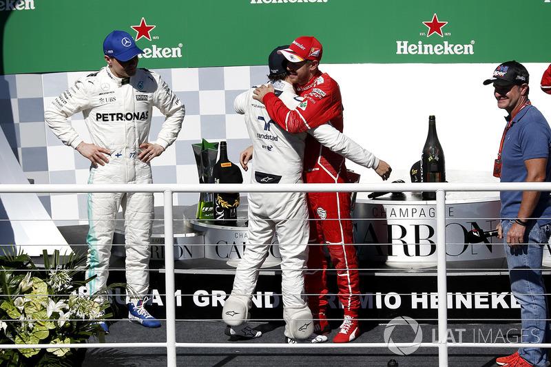 Подиум: Победитель Себастьян Феттель Ferrari, второе место – Валттери Боттас, Mercedes AMG F1, Рубенс Баррикелло и Фелипе Масса, Williams