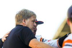 Fotógrafo de LAT  Steven Tee con Fernando Alonso, McLaren en la foto del equipo